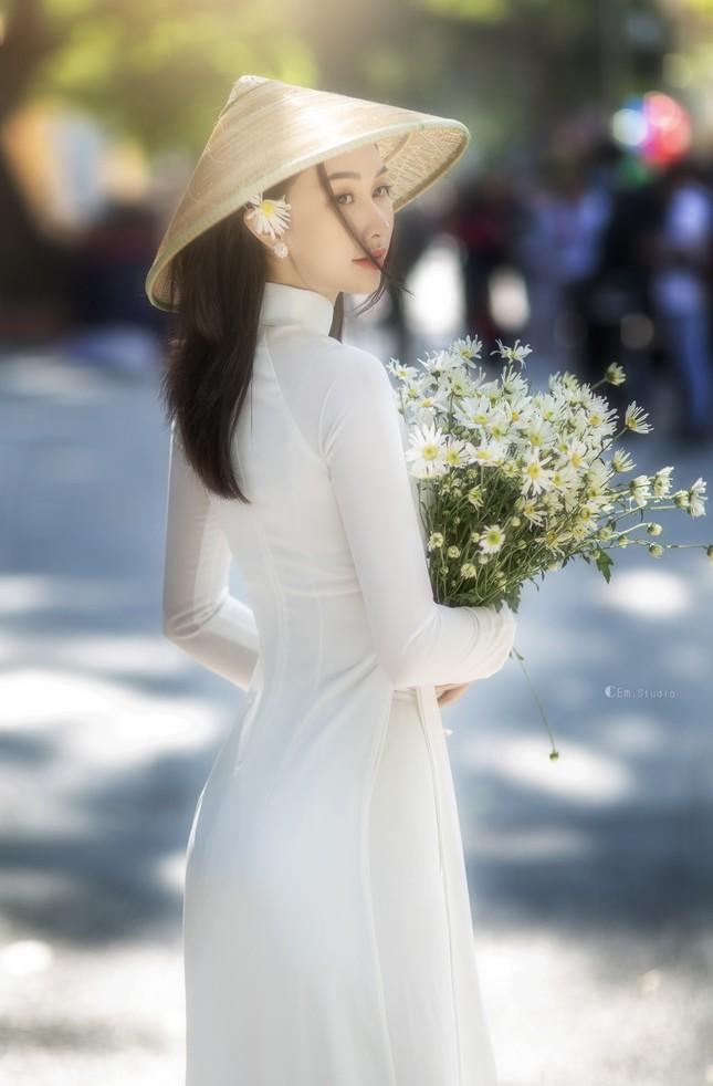 Diện áo dài trắng tinh khôi, Á khôi Phan Thanh Thảo hút hồn mọi ánh nhìn ngày kỷ yếu ảnh 6