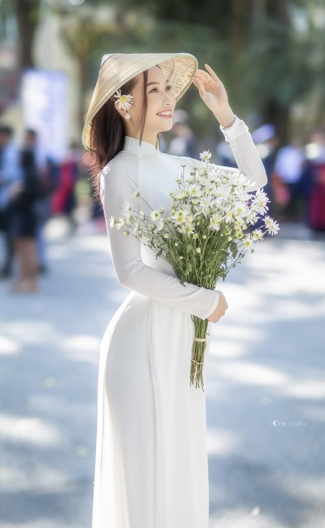 Diện áo dài trắng tinh khôi, Á khôi Phan Thanh Thảo hút hồn mọi ánh nhìn ngày kỷ yếu ảnh 8