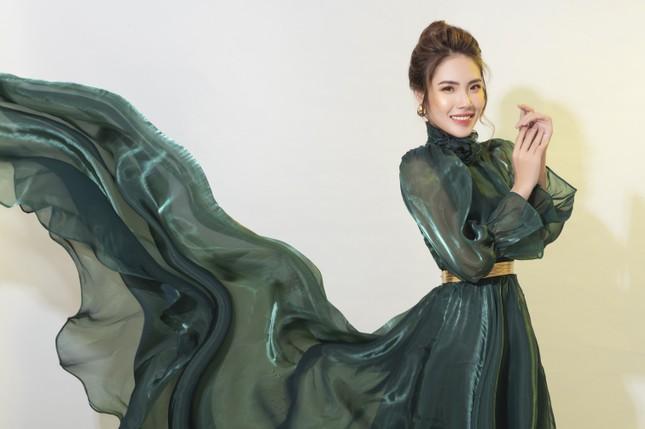 """""""Lụi tim"""" với nét quyến rũ của Á khôi Hồng Nhung trong bộ ảnh Giáng sinh ảnh 12"""
