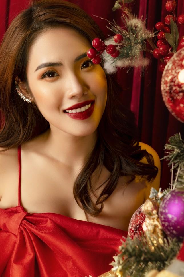 """""""Lụi tim"""" với nét quyến rũ của Á khôi Hồng Nhung trong bộ ảnh Giáng sinh ảnh 2"""