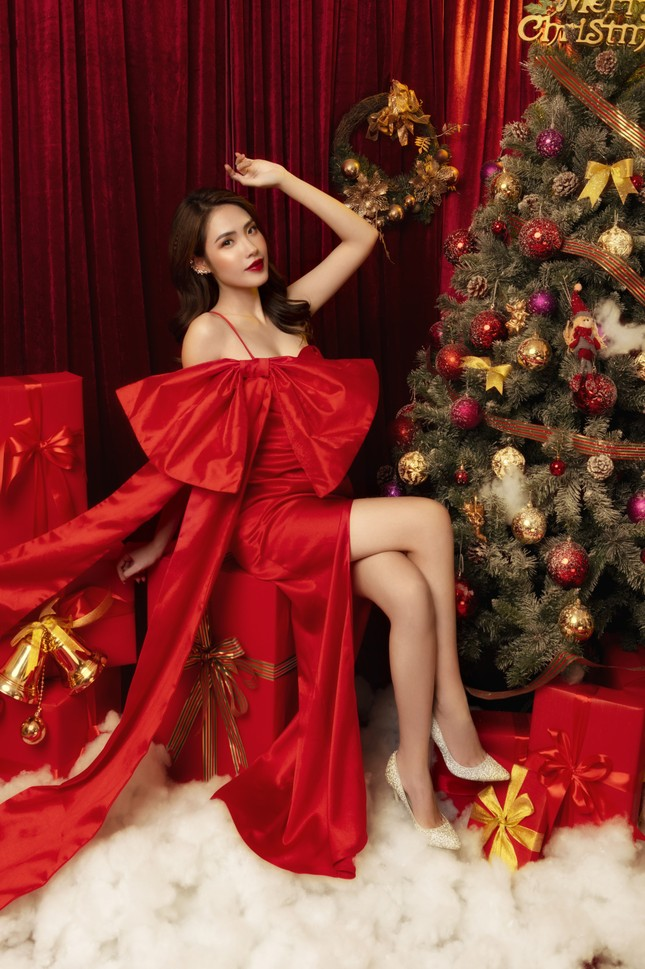 """""""Lụi tim"""" với nét quyến rũ của Á khôi Hồng Nhung trong bộ ảnh Giáng sinh ảnh 4"""