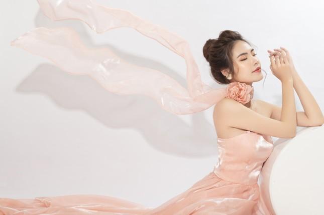 """""""Lụi tim"""" với nét quyến rũ của Á khôi Hồng Nhung trong bộ ảnh Giáng sinh ảnh 6"""