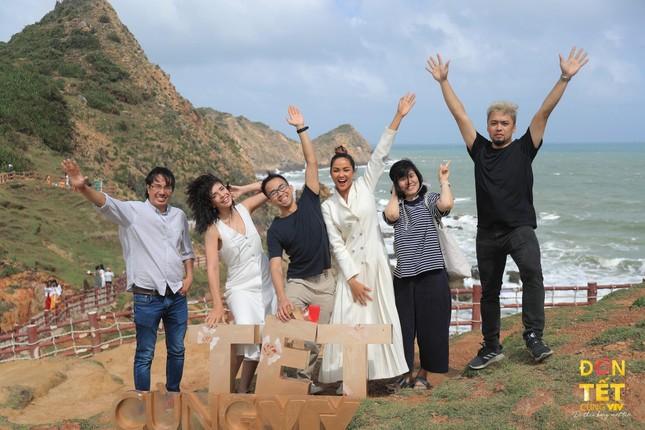Hoa hậu H'Hen Niê và loạt nghệ sĩ nổi tiếng tham gia Đón Tết cùng VTV 2021 - Đi theo bóng Mặt trời ảnh 2