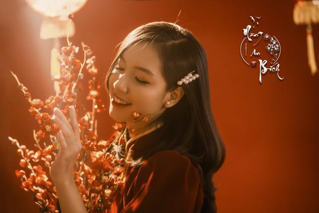 Thiếu nữ Cà Mau xúng xính sắc đỏ, đẹp rạng ngời trong ngày đầu Xuân ảnh 1