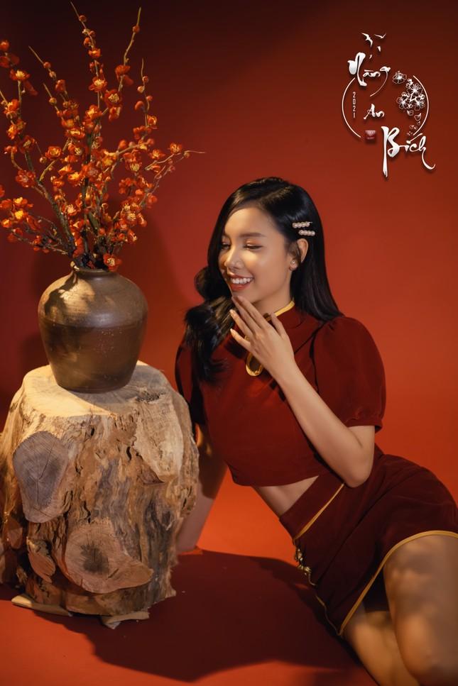 Thiếu nữ Cà Mau xúng xính sắc đỏ, đẹp rạng ngời trong ngày đầu Xuân ảnh 8