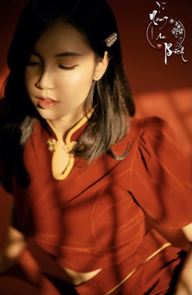 Thiếu nữ Cà Mau xúng xính sắc đỏ, đẹp rạng ngời trong ngày đầu Xuân ảnh 5
