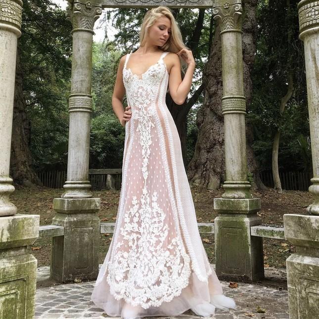 Nhà thiết kế Pháp 'biến' sách cũ thành váy dạ hội kiêu sa ảnh 6