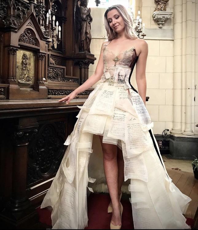 Nhà thiết kế Pháp 'biến' sách cũ thành váy dạ hội kiêu sa ảnh 2