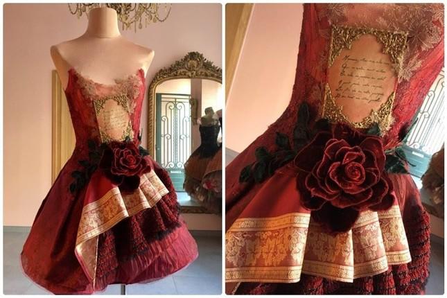 Nhà thiết kế Pháp 'biến' sách cũ thành váy dạ hội kiêu sa ảnh 8