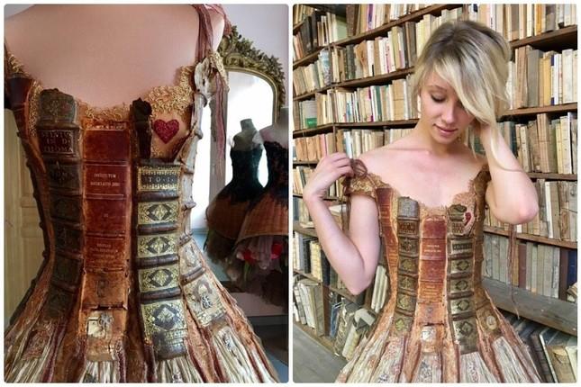 Nhà thiết kế Pháp 'biến' sách cũ thành váy dạ hội kiêu sa ảnh 7