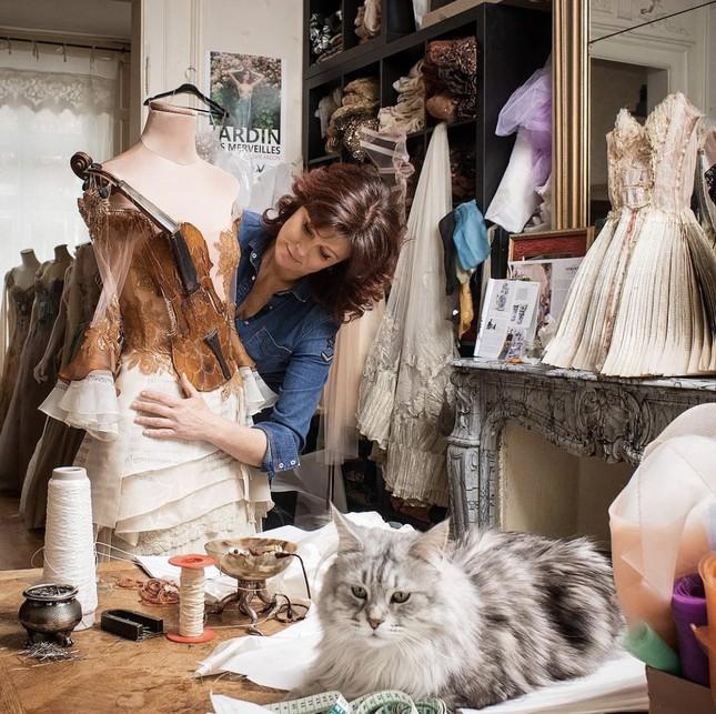 Nhà thiết kế Pháp 'biến' sách cũ thành váy dạ hội kiêu sa ảnh 1