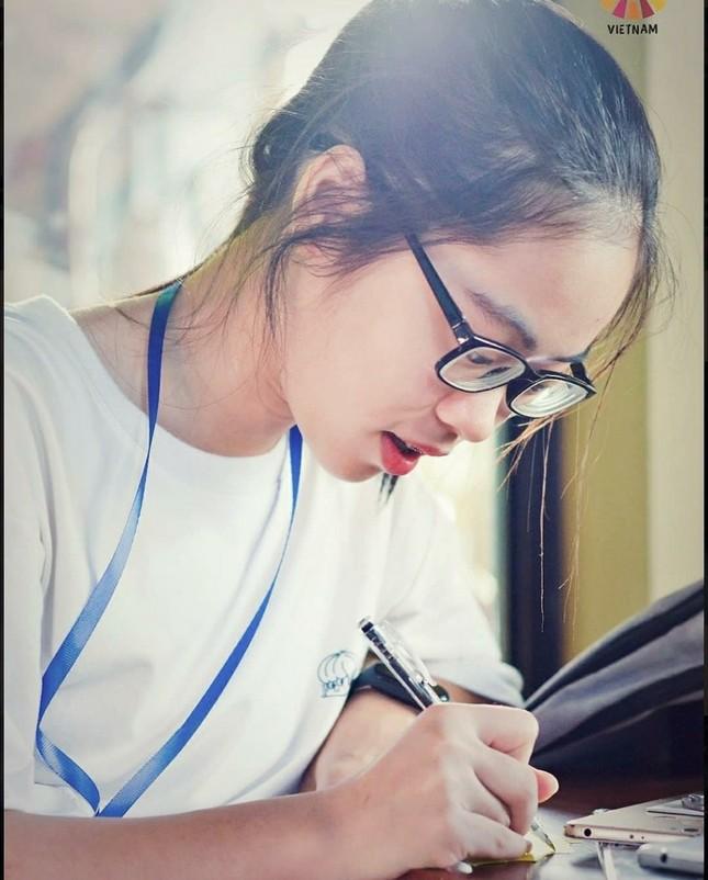 Nữ sinh Quảng Trị 15 tuổi thông thạo 7 thứ tiếng là quán quân cuộc thi lồng tiếng ảnh 2