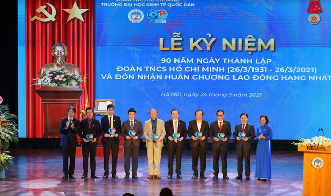 Đại học Kinh tế Quốc dân nhận Huân chương Lao động hạng Nhất ảnh 1