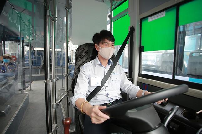 Xe buýt Hà Nội liên tục khử khuẩn và lắp đặt dung dịch sát khuẩn ảnh 13