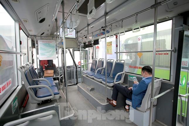 Xe buýt Hà Nội liên tục khử khuẩn và lắp đặt dung dịch sát khuẩn ảnh 6