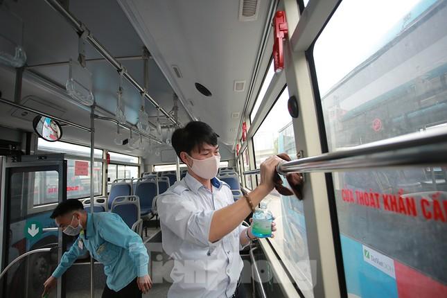 Xe buýt Hà Nội liên tục khử khuẩn và lắp đặt dung dịch sát khuẩn ảnh 3