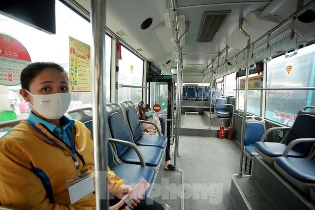 Xe buýt Hà Nội liên tục khử khuẩn và lắp đặt dung dịch sát khuẩn ảnh 9