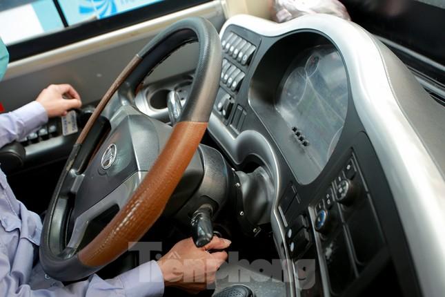 Xe buýt Hà Nội liên tục khử khuẩn và lắp đặt dung dịch sát khuẩn ảnh 10