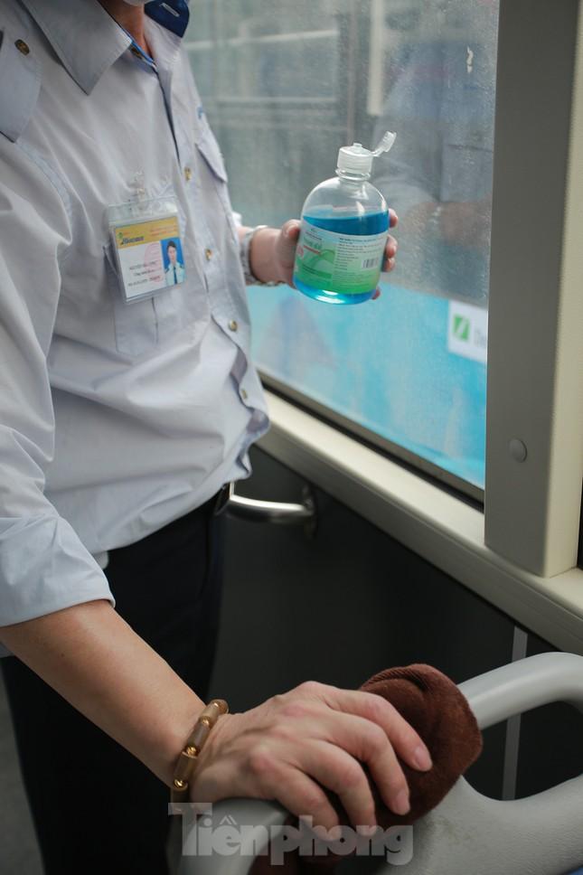 Xe buýt Hà Nội liên tục khử khuẩn và lắp đặt dung dịch sát khuẩn ảnh 12