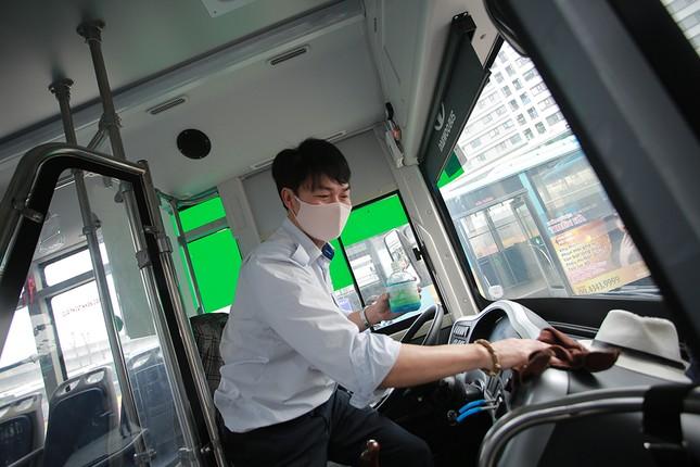 Xe buýt Hà Nội liên tục khử khuẩn và lắp đặt dung dịch sát khuẩn ảnh 2