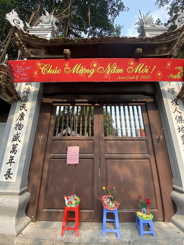 Đền, chùa Hà Nội vắng vẻ ngày đầu tháng ảnh 1