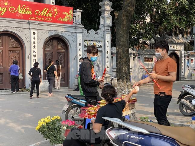 Đền, chùa Hà Nội vắng vẻ ngày đầu tháng ảnh 3