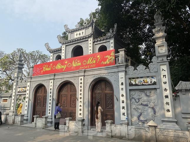 Đền, chùa Hà Nội vắng vẻ ngày đầu tháng ảnh 4