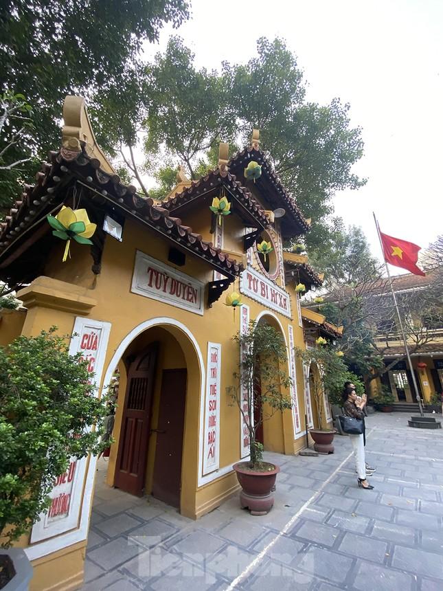 Đền, chùa Hà Nội vắng vẻ ngày đầu tháng ảnh 5