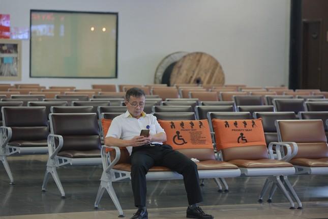 Máy bay đỗ đầy cảng, nhà ga Nội Bài 'vắng như chùa bà đanh' ảnh 9