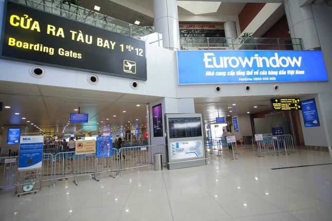 Máy bay đỗ đầy cảng, nhà ga Nội Bài 'vắng như chùa bà đanh' ảnh 10