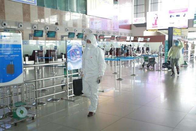 Máy bay đỗ đầy cảng, nhà ga Nội Bài 'vắng như chùa bà đanh' ảnh 11