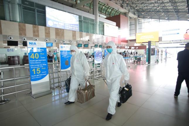 Máy bay đỗ đầy cảng, nhà ga Nội Bài 'vắng như chùa bà đanh' ảnh 13