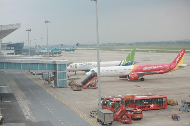Máy bay đỗ đầy cảng, nhà ga Nội Bài 'vắng như chùa bà đanh' ảnh 2