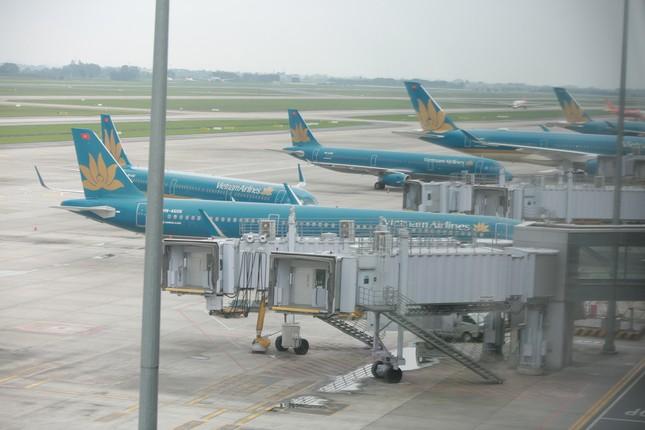 Máy bay đỗ đầy cảng, nhà ga Nội Bài 'vắng như chùa bà đanh' ảnh 1