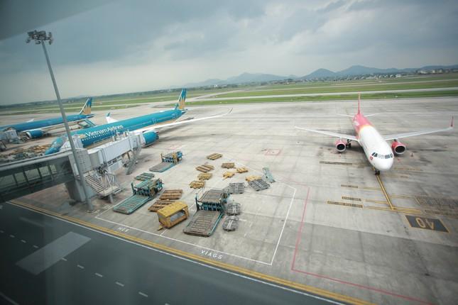 Máy bay đỗ đầy cảng, nhà ga Nội Bài 'vắng như chùa bà đanh' ảnh 3
