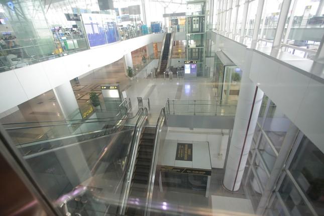 Máy bay đỗ đầy cảng, nhà ga Nội Bài 'vắng như chùa bà đanh' ảnh 18