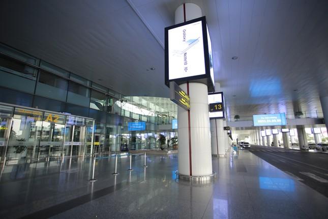 Máy bay đỗ đầy cảng, nhà ga Nội Bài 'vắng như chùa bà đanh' ảnh 20