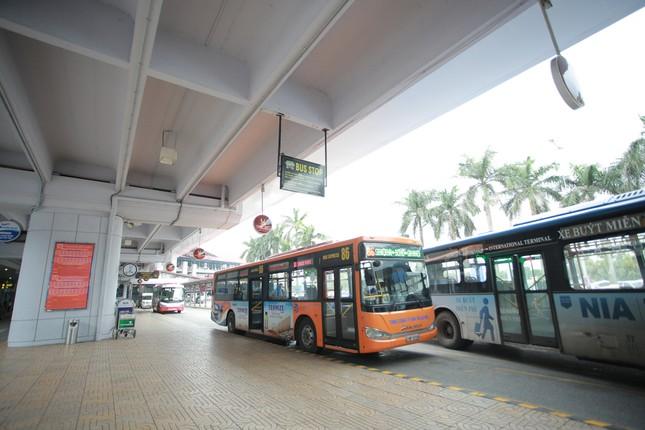 Máy bay đỗ đầy cảng, nhà ga Nội Bài 'vắng như chùa bà đanh' ảnh 4