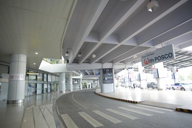 Máy bay đỗ đầy cảng, nhà ga Nội Bài 'vắng như chùa bà đanh' ảnh 6