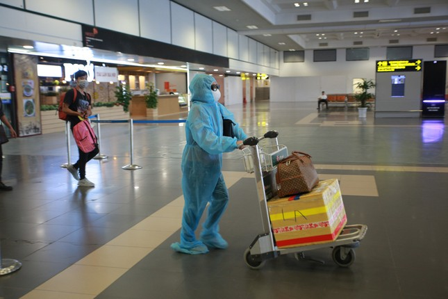 Máy bay đỗ đầy cảng, nhà ga Nội Bài 'vắng như chùa bà đanh' ảnh 7