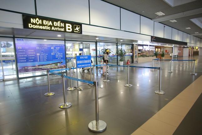 Máy bay đỗ đầy cảng, nhà ga Nội Bài 'vắng như chùa bà đanh' ảnh 8