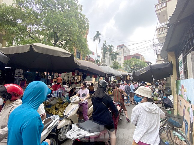 Buổi sáng ở chợ truyền thống Thủ đô những ngày dịch COVID-19 ảnh 1