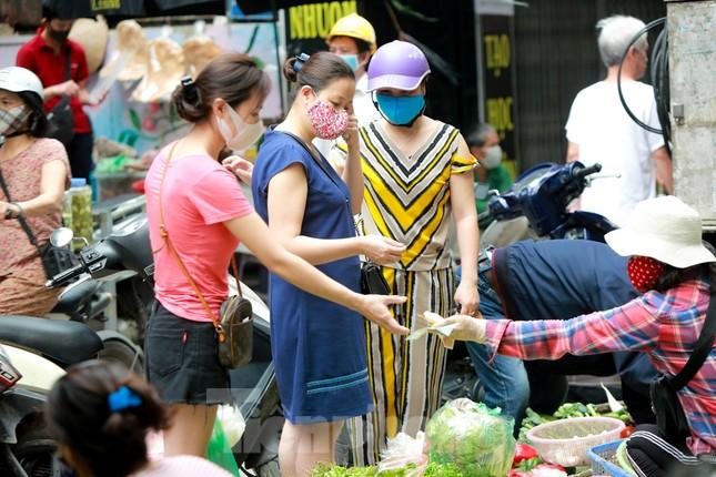Buổi sáng ở chợ truyền thống Thủ đô những ngày dịch COVID-19 ảnh 4