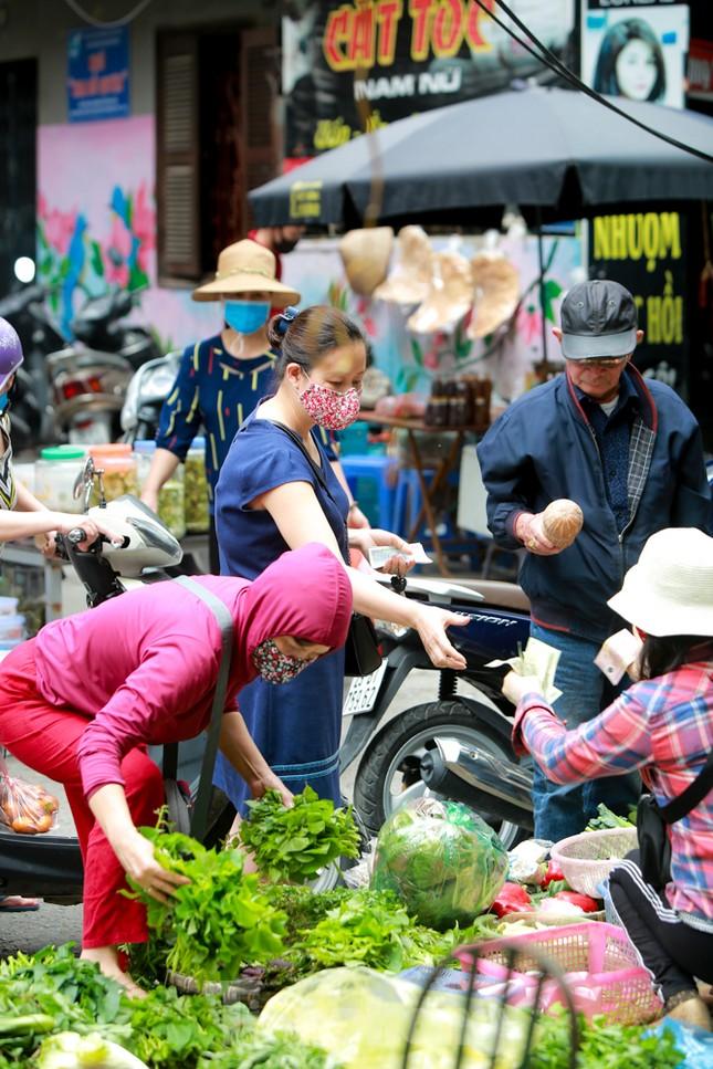 Buổi sáng ở chợ truyền thống Thủ đô những ngày dịch COVID-19 ảnh 5