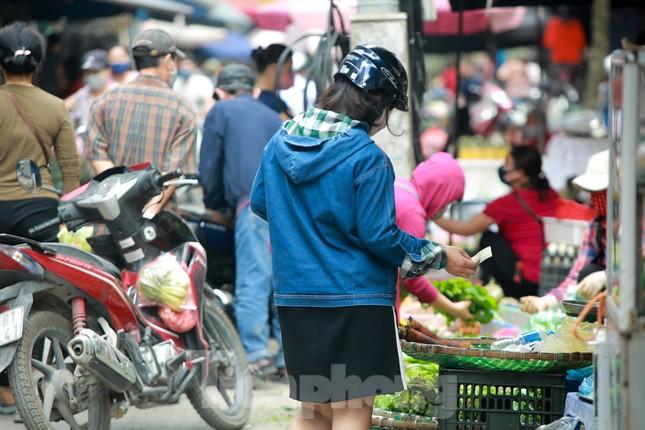 Buổi sáng ở chợ truyền thống Thủ đô những ngày dịch COVID-19 ảnh 6