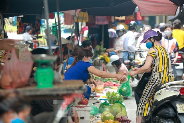 Buổi sáng ở chợ truyền thống Thủ đô những ngày dịch COVID-19 ảnh 7