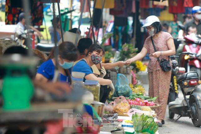 Buổi sáng ở chợ truyền thống Thủ đô những ngày dịch COVID-19 ảnh 8