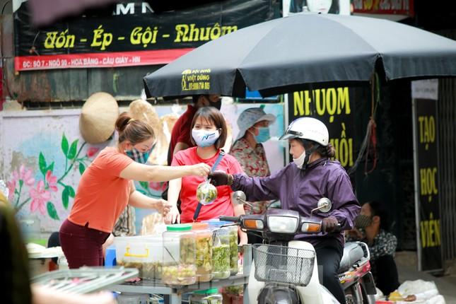 Buổi sáng ở chợ truyền thống Thủ đô những ngày dịch COVID-19 ảnh 10