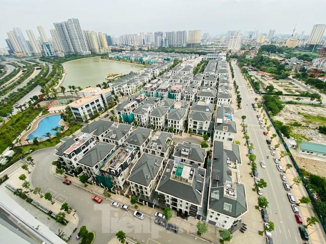 Khu đô thị mới Hà Nội vắng khác lạ trong ngày đầu tiên lệnh đóng cửa quán ảnh 1