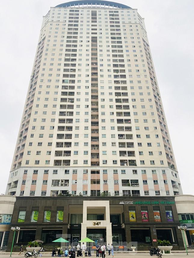 ẢNH: Phong toả chung cư 34T Hoàng Đạo Thuý vì nghi người nhiễm COVID-19 ảnh 1